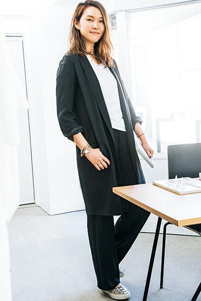 【2】白無地Tシャツ×黒ロングジャケット×黒パンツ