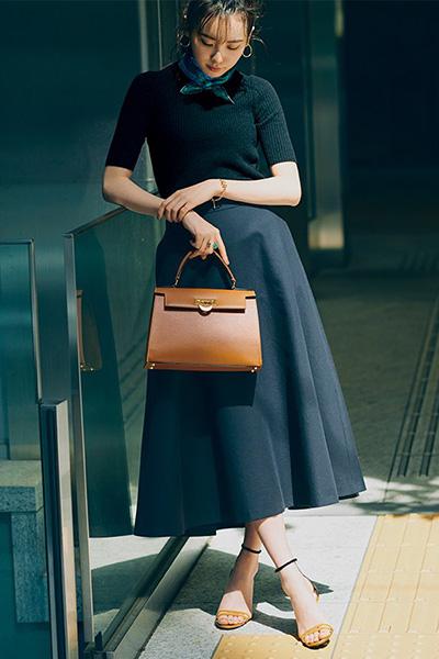グリーンスカーフ×黒ニット×ネイビースカート