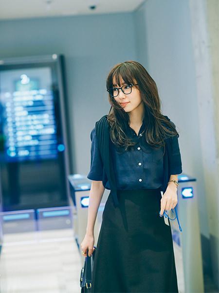 【3】フレアスカート×マスキュリンなネイビーシャツコーデ