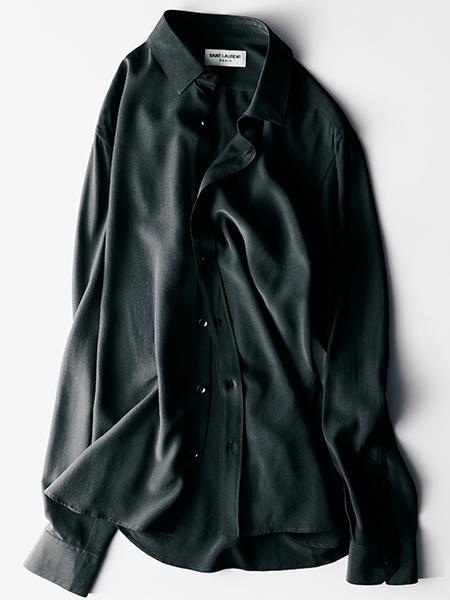 黒のシルクシャツ