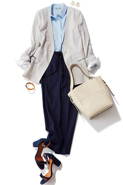 ニュアンスホワイトのジャケット×ライトブルーシャツ×ネイビーパンツ