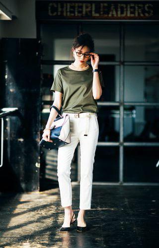 【2】カーキTシャツ×白パンツ