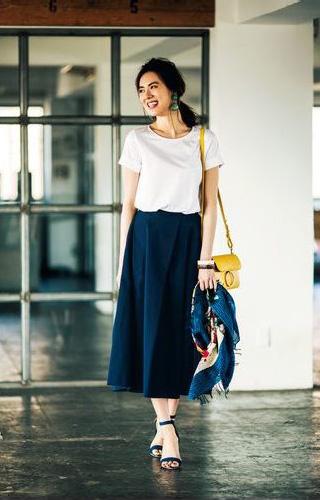 白Tシャツ×ロングフレアスカート×スカーフの爽やかコーデ