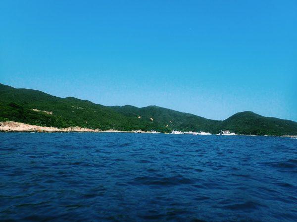 緑豊かな山と青い海