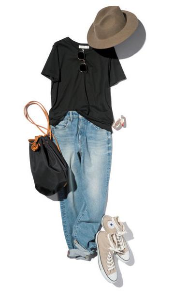 ベージュスニーカー×デニム×黒Tシャツ