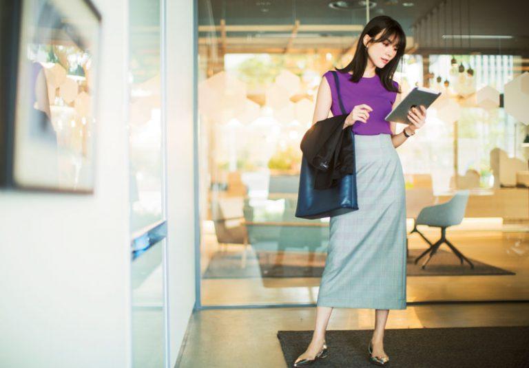 【4】紫ノースリーブニット×グレンチェックタイトスカート
