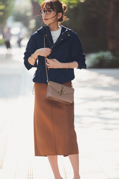 【3】ネイビーブルゾン×白ニット×キャメルタイトスカート