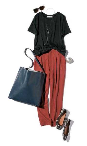 黒Tシャツ×レンガ色パンツ