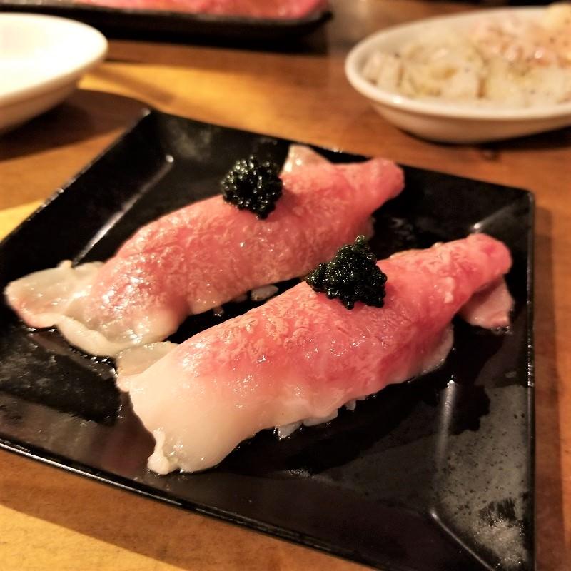 キャビアがのっかった肉寿司
