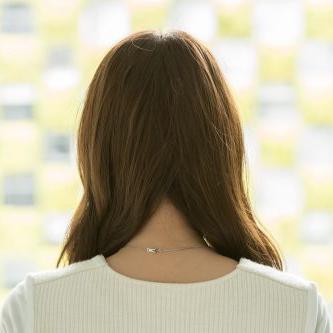 後ろの髪を半分ずつ分ける。