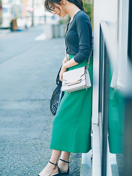 【7】グレーカーディガン×グリーンスカート