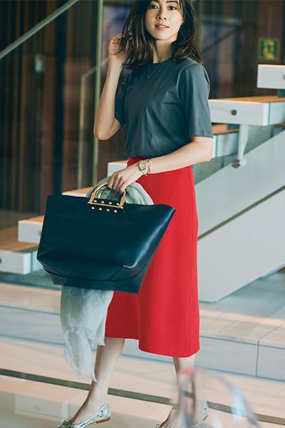 赤スカート×グレーTシャツ