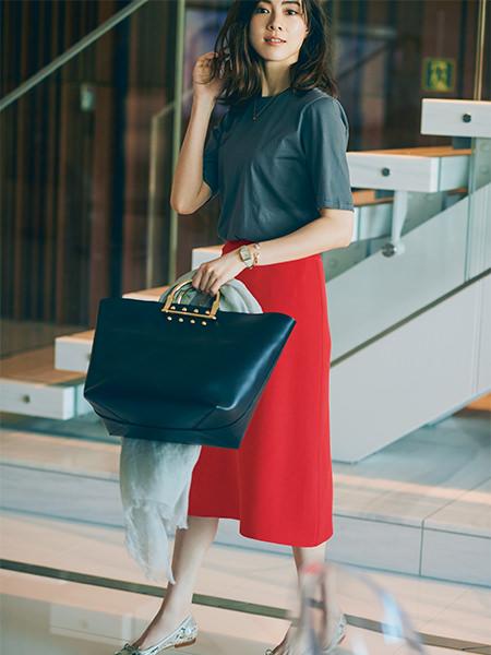 グレーTシャツ×赤スカート