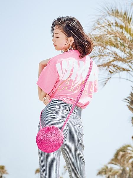 【4】ウィンダンシーのピンクTシャツ×ストライプパンツ