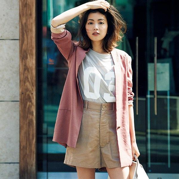 グレーTシャツ×ピンクジャケット×ベージュショートパンツ