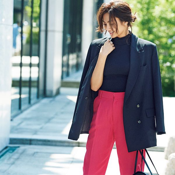 黒オーバーサイズジャケット×黒カットソー×赤パンツ