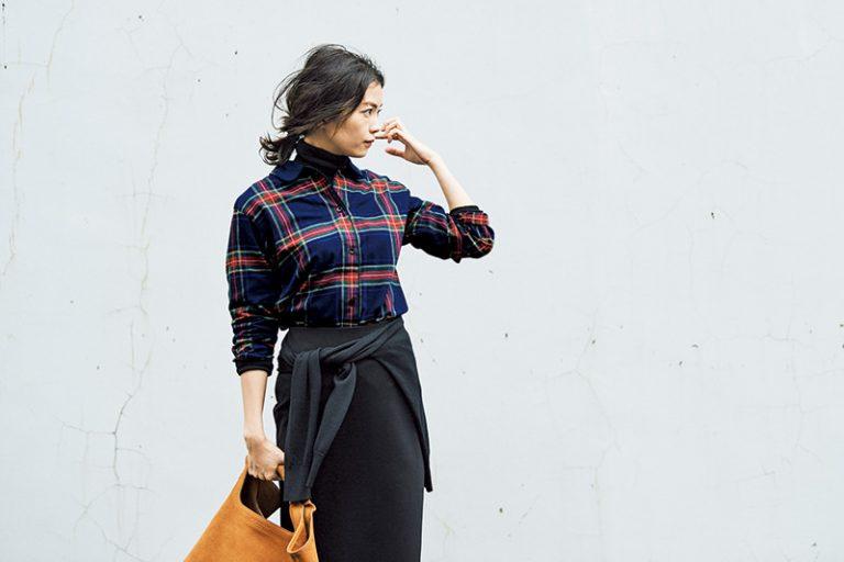 ネイビーチェックシャツ×黒タイトスカート
