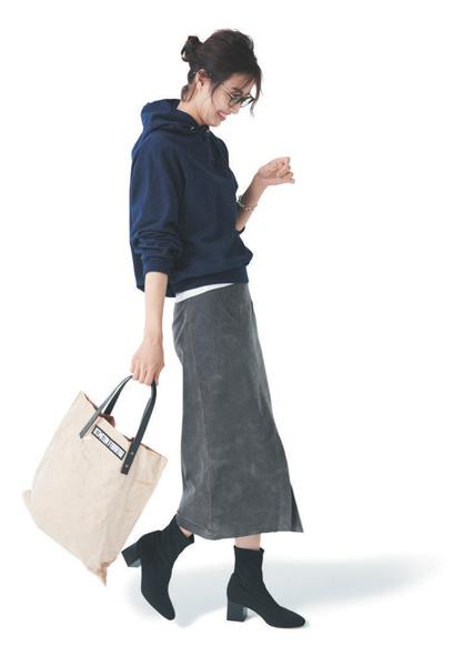 黒パーカー×グレーロングスカート