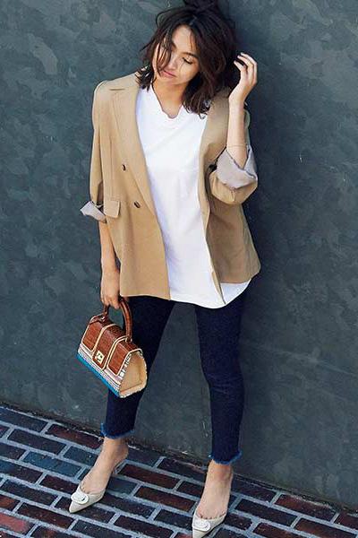 白Tシャツ×ブルーデニム×ベージュジャケット