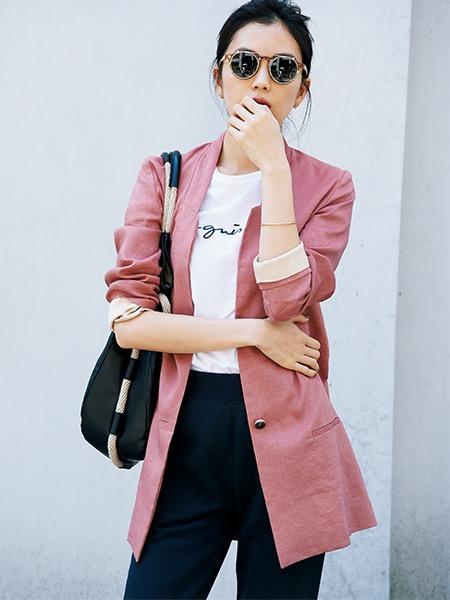 ピンクジャケット×白ロゴTシャツ×黒パンツ
