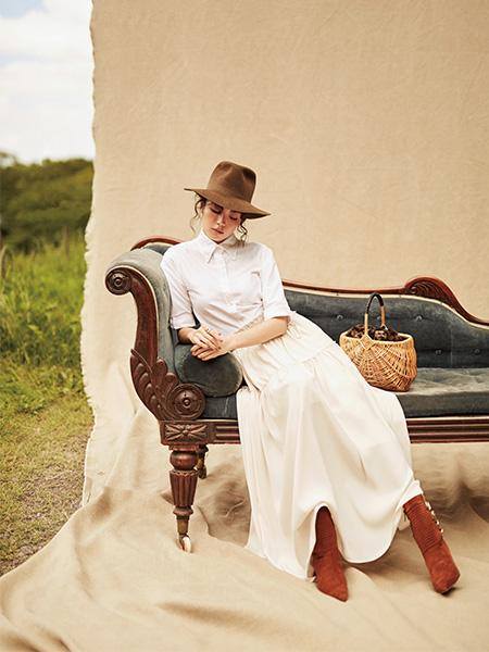白シャツ×ベージュロングスカート