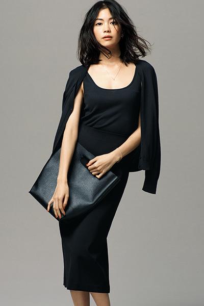 【5】無印良品の黒カーディガン×黒タンクトップ×黒タイトスカート
