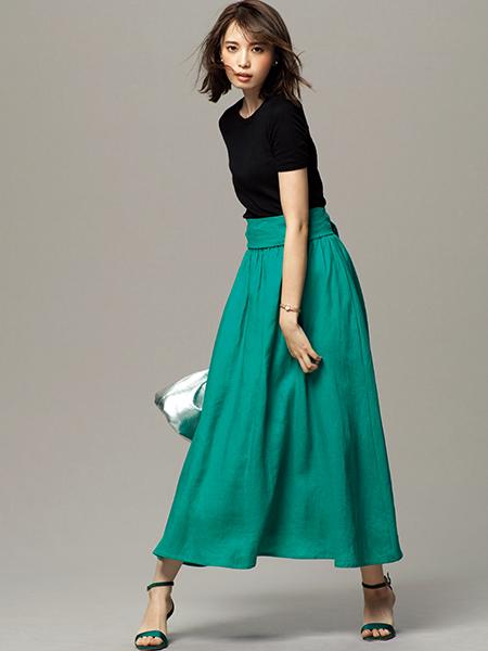 グリーンフレアスカート×黒カットソー