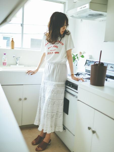 ホワイトTシャツ×ホワイトレースロングスカート