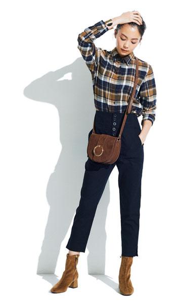 黒パンツ×ブラウンチェックシャツ