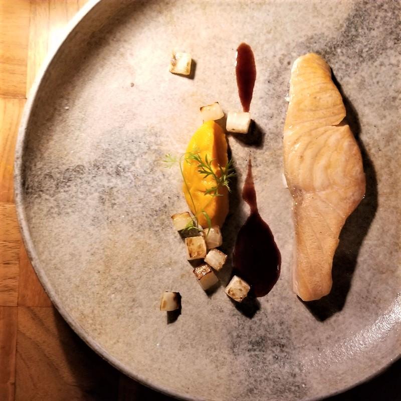 タスマニア産オーシャントラウトサーモン 雪室熟成秋野菜のロースト 赤ワインソース