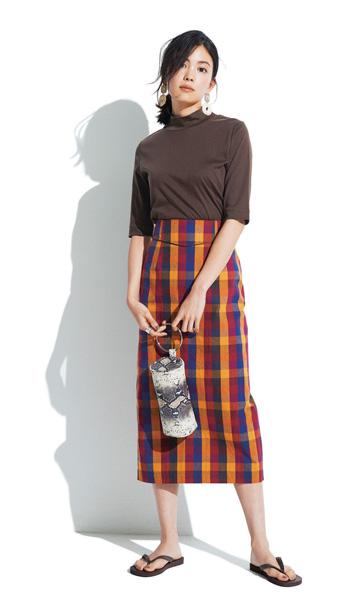ブラウンタートルネックカットソー×チェックタイトスカート