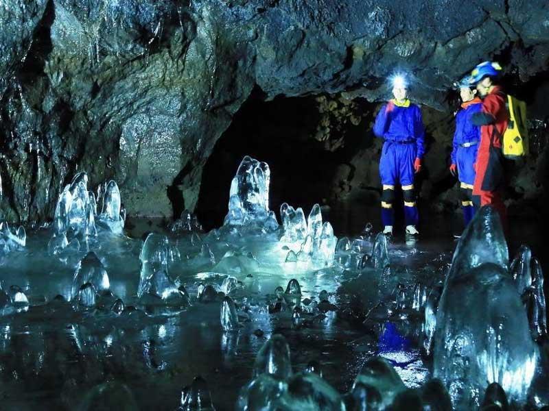 山梨|神秘的な氷の洞窟コース