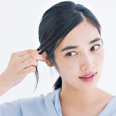 逆サイドにかかる髪を引っ張りながら少量のマット系ワックスをなじませて、タイト感と毛束感を仕込む