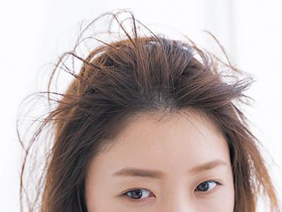 根元からしっかり動かし、立ち上げた前髪で束感をつくる