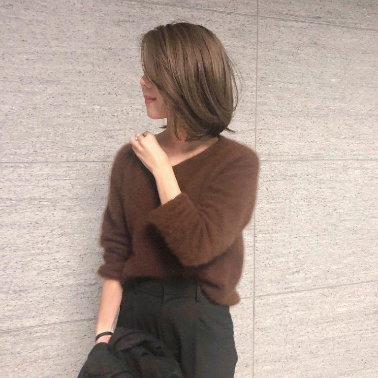 【10】茶色のラクーンVネックニット×ハイウエスト黒パンツ