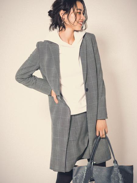 【11】ロンググレーチェスターコート×白パーカー×グレー台形スカート