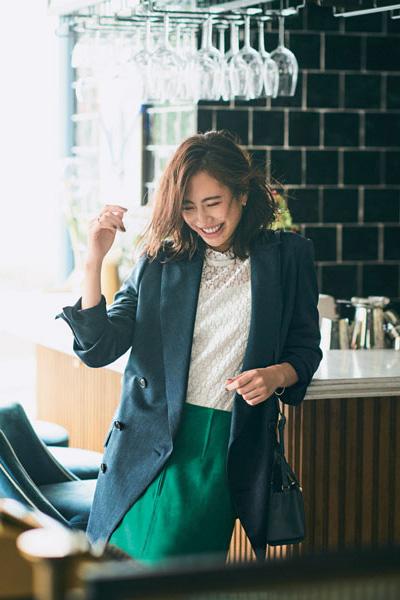 ネイビージャケット×グリーンタイトスカート×白レースブラウス