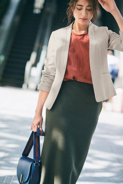カーキロングスカート×すっきりベージュジャケット