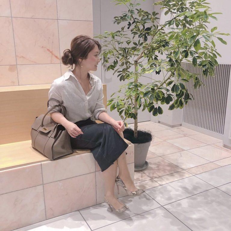 【4】ベージュシャツ×グレータイトスカート
