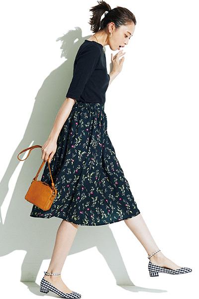 黒トップス×小花柄フレアスカート