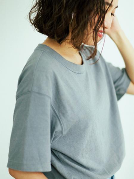 逆にボーイッシュなTシャツは、体が泳ぐサイズ感で女らしさを