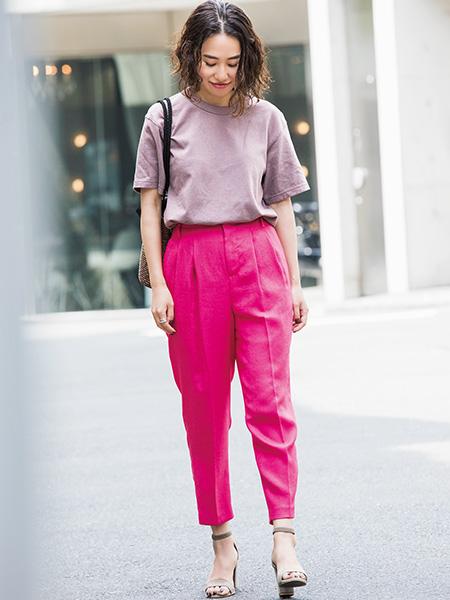グレージュTシャツ×モーブピンクパンツ