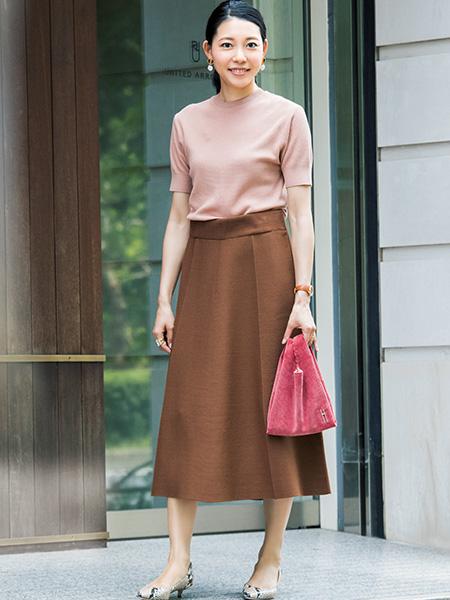 【1】ピンクバッグ×スモーキーピンクカットソー×ブラウンスカート