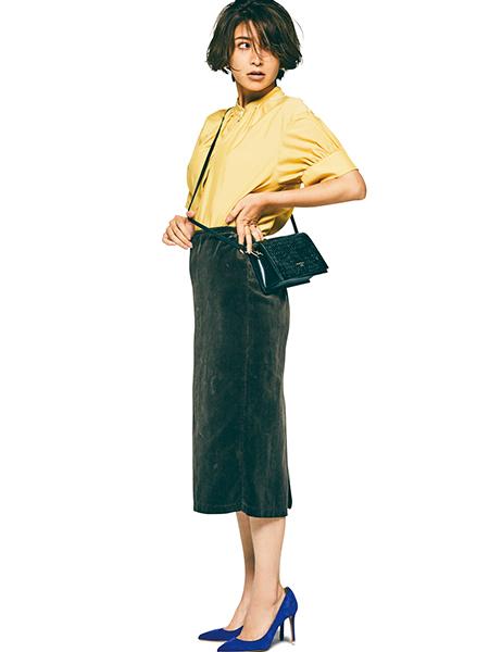 イエローブラウス×カーキタイトスカート