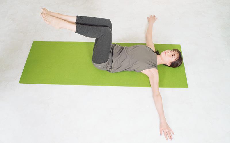 仰向けになる。両ひざはそろえて90°に曲げる。両腕は肩の高さにまっすぐ伸ばす。 ポイント:肩は床にしっかりつける・両ひざはそろえて90°に曲げる。