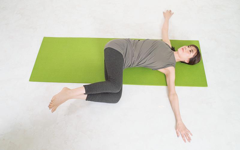 両ひざを合わせたまま左側へ倒し、上半身を固定しながら、下半身をひねる。反対側も同様にひざを合わせたまま倒す。