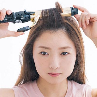 太めのヘアアイロンで前髪を後ろ方向に巻く