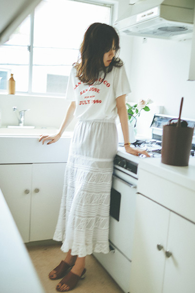 白レーススカート×ロゴTシャツ