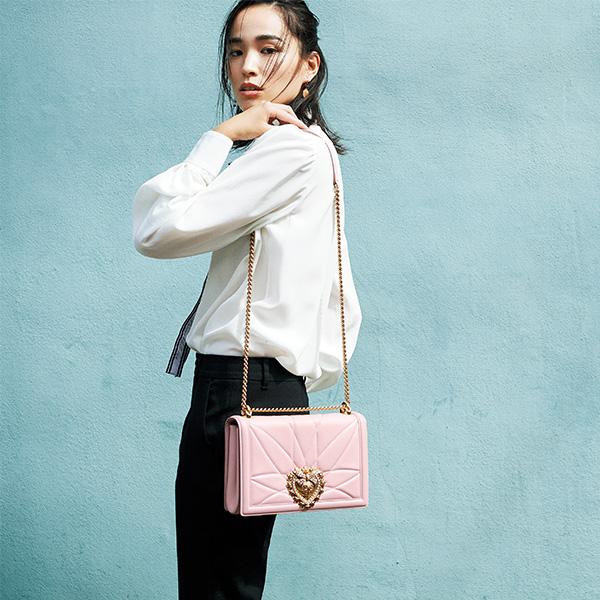 【3】淡いピンクバッグ×白シャツ×黒パンツ