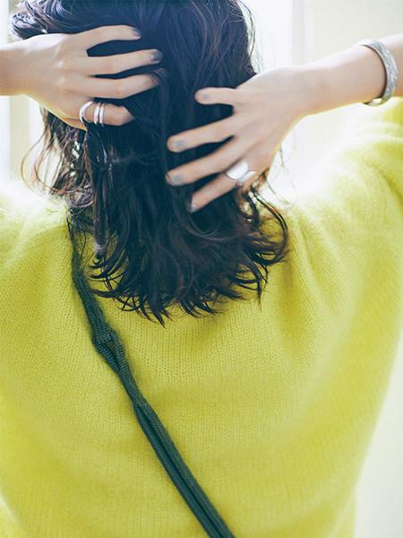 黒髪のカールはスタイリング剤で、あえてのウェット感を